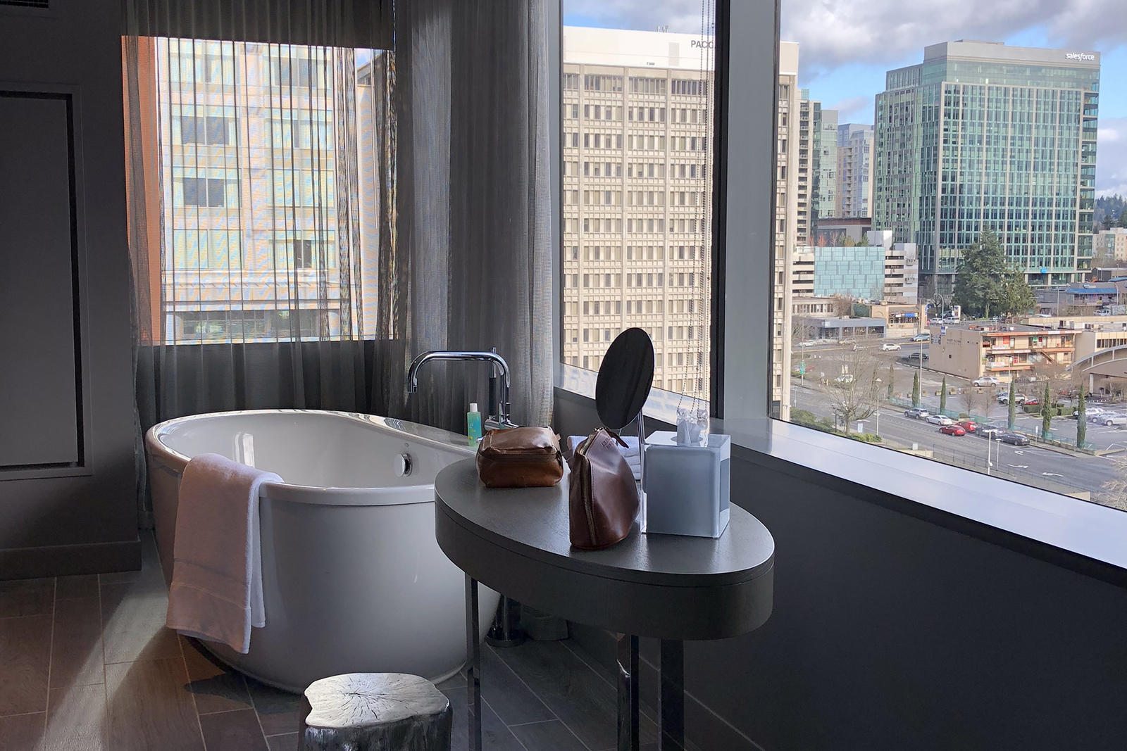 Unique accomodations. I loved te soaking time and the view of downtown.